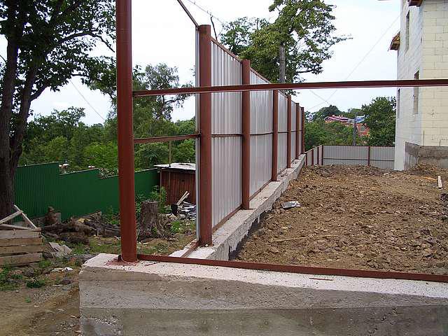Строительство заборов профнастила своими руками